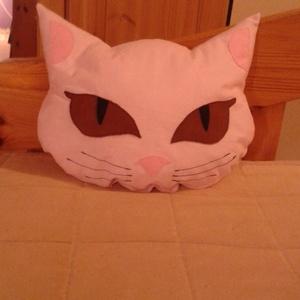 Barna szemű cica párna, Otthon & Lakás, Párna & Párnahuzat, Lakástextil, A cica párna pamutvászonból készült, szemét, orrát, fülét filcből varrtam rá. Vatelin golyócska tölt..., Meska