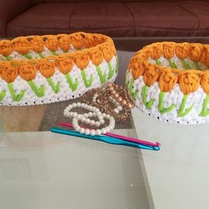 Asztali dekoráció esküvőre, ajándéknak /egyedi horgolt virágos kosár szett, Otthon & Lakás, Horgolt & Csipketerítő, Dekoráció, A kosarakat kiváló minőségű pólófonalból horgoltam fa alapra, virág mintával.  A kerek kosár 17 cm á..., Meska