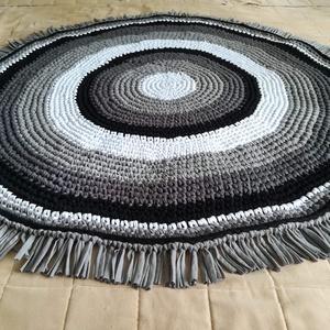 Egyedi szürke horgolt szőnyeg, Otthon & Lakás, Szőnyeg, Lakástextil, A szőnyeget kiváló minőségű pólófonalból horgoltam. Mérete: rojttal együtt 130 cm átmérőjű, 1 cm a v..., Meska