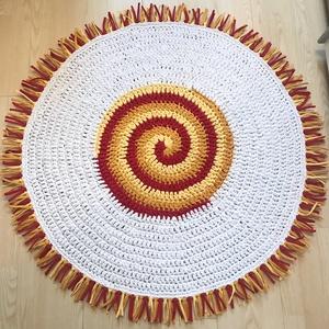 Spirális horgolt szőnyeg, Otthon & Lakás, Lakástextil, Szőnyeg, Horgolás, A sprális mintával készült szőnyeget kiváló minőségű pólófonalból horgoltam.\nMérete: 115 cm átmérőjű..., Meska