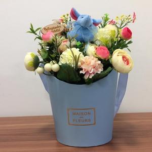 Kék ballagási csokor , Otthon & lakás, Dekoráció, Lakberendezés, Asztaldísz, Virágkötés, Gyönyörű élethű begóniák, boglárkák díszítik ezt a kedves ballagási ajándékot, kicsi plüss állatkáva..., Meska