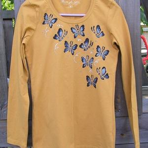 Pillangó mintás,festett, hosszú ujjú női felső (40), Táska, Divat & Szépség, Női ruha, Ruha, divat, Póló, felsőrész, Kismamaruha, Festett tárgyak, Mustárszínű, hosszú ujjú női felső kézzel festett fekete,csillámos pillangómintával,hőkezelt.\n\nGyöny..., Meska