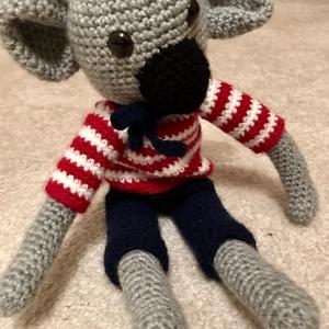 Koala,horgolt,öltöztethető, Gyerek & játék, Baba-mama kellék, Játék, Játékfigura, Kedves horgolt koala,szürke fonalból,a kabát,a nadrág és a nyakkendő is levehető,patentokkal és gomb..., Meska