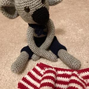 Koala,horgolt,öltöztethető, Maci, Plüssállat & Játékfigura, Játék & Gyerek, Horgolás, Kedves horgolt koala,szürke fonalból,a kabát,a nadrág és a nyakkendő is levehető,patentokkal és gomb..., Meska