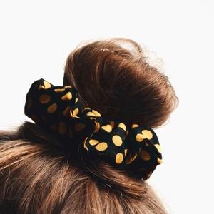 Sárga pöttyös SCRUNCHIE hajgumi , Ruha & Divat, Hajdísz & Hajcsat, Hajgumi, Varrás, Újrahasznált anyagból készült scrunchie hajgumi.\n\nEgyszerű, mindenki által ismert design, de a játék..., Meska