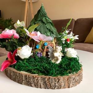 Tündérkert asztaldísz, Otthon & Lakás, Dekoráció, Asztaldísz, Virágkötés, Kertjében, a virágok közt ábrándozó tündérke.\nFa alapon, selyem virágokkal , házikóval díszítve. ..., Meska