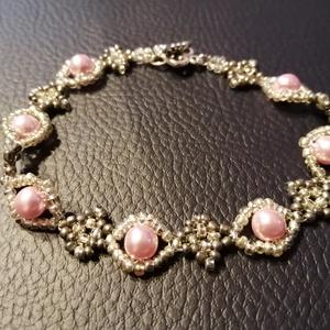 Pink panther, Ékszer, Karkötő, Gyöngyös karkötő, Gyöngyfűzés, gyöngyhímzés, Pink panther\n\n4 mm-es rózsaszín üveg tekla gyöngyből és ólom meg ezüst színű japán kásagyöngyből kés..., Meska
