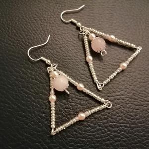 Rózsakvarc háromszög, Ékszer, Fülbevaló, Lógós fülbevaló, Gyöngyfűzés, gyöngyhímzés, 8 mm-es rózsakvarc ásványgyöngyből és japán kásagyöngyökből készített egyedi fülbevaló.\n\nHossza: 5,5..., Meska