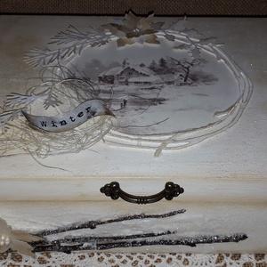 Winter time - Nosztalgikus karácsonyi doboz, Otthon & lakás, Dekoráció, Ünnepi dekoráció, Karácsony, Karácsonyi dekoráció, Lakberendezés, Tárolóeszköz, Doboz, Decoupage, transzfer és szalvétatechnika, Festett tárgyak, Letisztult színvilágban készítettem el ezt a csillogó dobozkát. A fagyos telet idézi minden részlete..., Meska
