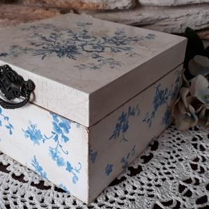 Kék porcelán - Teafilter tartó / Ajándékdoboz, 4 rekeszes, Otthon & lakás, Dekoráció, Konyhafelszerelés, Decoupage, transzfer és szalvétatechnika, Festett tárgyak, Decoupage technikával készítettem, antikoltam a dobozkát. A tetejét repesztő technikával készítettem..., Meska