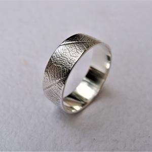 Levélerezet mintás karikagyűrű, Ékszer, Gyűrű, Esküvő, Esküvői ékszer, Ékszerkészítés, Ötvös, Sterling ezüstből készítettem ezt a finom, nőies mintájú karikagyűrűt.\nBeseje fényes, tükröződő. \nMé..., Meska