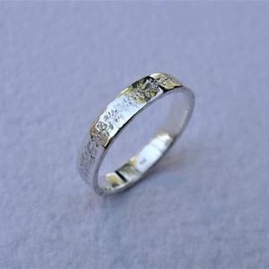 Fantázia mintájú ezüst karikagyűrű, Ékszer, Gyűrű, Esküvő, Esküvői ékszer, Ékszerkészítés, Ötvös, Egyedi, fantázia mintájú gyűrűt készítettem ezüstből. A gyűrűt a kétféle kalapált minta kontrasztja ..., Meska