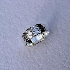 Fantáziamintás ezüst karikagyűrű 2, Ékszer, Gyűrű, Esküvő, Esküvői ékszer, Ékszerkészítés, Ötvös, Széles, egyedi mintájú gyűrűt készítettem sterling ezüstből -  fényes, polírozott felülettel.\nA gyűr..., Meska