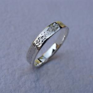 Fantázia mintájú ezüst karikagyűrű 3, Ékszer, Gyűrű, Esküvő, Esküvői ékszer, Ékszerkészítés, Ötvös, Egyedi, fantázia mintájú gyűrűt készítettem sterling ezüstből. A gyűrűt a kétféle kalapált minta kon..., Meska