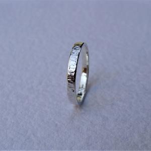 Rovátkákkal díszített ezüst karikagyűrű 1, Ékszer, Gyűrű, Esküvő, Esküvői ékszer, Ékszerkészítés, Ötvös, Rovátkákkal díszített gyűrűt készítettem 925-ös sterling  ezüstből.\nA gyűrű szélessége kb. 2 mm. Mér..., Meska