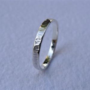 Rovátkákkal díszített ezüst karikagyűrű 2, Ékszer, Gyűrű, Esküvő, Esküvői ékszer, Ékszerkészítés, Ötvös, Rovátkákkal díszített gyűrűt készítettem 925-ös sterling  ezüstből.\nA gyűrű szélessége kb. 2 mm. Mér..., Meska