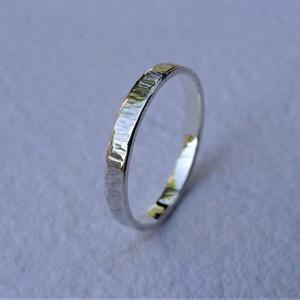 Rovátkákkal díszített ezüst karikagyűrű 3, Ékszer, Gyűrű, Esküvő, Esküvői ékszer, Ékszerkészítés, Ötvös, Rovátkákkal díszített gyűrűt készítettem 925-ös sterling  ezüstből.\nA gyűrű szélessége kb. 2 mm. Mér..., Meska