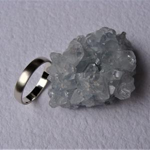 Selyemfényű, domború felületű ezüst karikagyűrű, Esküvő, Ékszer, Karikagyűrű, Ötvös, Ékszerkészítés, Selyemfényű karikagyűrűt készítettem 925-ös ezüstből. Belsejét tükörfényesre políroztam.\nA gyűrű szé..., Meska
