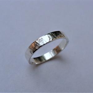 Férfi karikagyűrű finom rovátkákkal, Esküvő, Ékszer, Karikagyűrű, Ékszerkészítés, Ötvös, Egyedi mintájú férfi karikagyűrűt készítettem sterling ezüstből. Oldalát is rovátkákkal díszítettem...., Meska