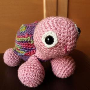Horgolt teknős - lila, rózsaszín és színes , Játék, Gyerek & játék, Játékfigura, Horgolás, Kb 20 cm hosszúságú, színes, vidám, horgolt teknős figura.\nMűanyag biztonsági szemekkel és műszálas ..., Meska