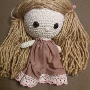 Szőke baba rózsaszínes ruhában, Játék, Gyerek & játék, Játékfigura, Báb, Horgolás, Varrás, Kb 15 cm magasságú horgolt baba. A haja világos fonalból készült. Csipkével díszített rózsaszínes ru..., Meska