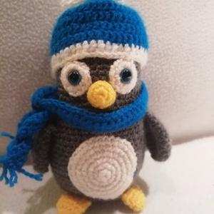 Sapkás Pingvin , Gyerek & játék, Játék, Báb, Baba játék, Játékfigura, Horgolás, Kb 15 cm magas horgolt pingvin figura kék sapkában és kés sállal. \n, Meska