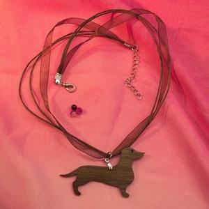 """Rózsafa tacsi nyaklánc - \""""Fahéj\"""", Medálos nyaklánc, Nyaklánc, Ékszer, Ékszerkészítés, Famegmunkálás, Madagaszkári rózsafából készült tacskó medálos nyaklánc, festett szemmel, barna organza pánton. Felü..., Meska"""