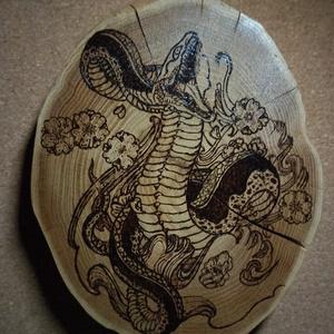 Pirográf kobra, Otthon & Lakás, Dekoráció, Falra akasztható dekor, Famegmunkálás, Fa szeletre, pirográf technikával készült kígyó.  22 cm a hossza es 17 cm széles. Lakkal lefestett. ..., Meska