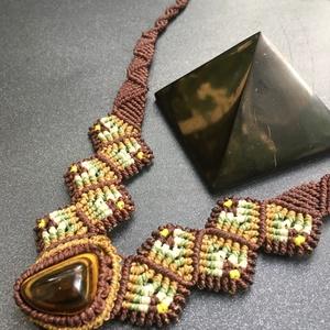 Piramis nyaklánc, Ékszer, Nyaklánc, Csomózás, A nyaklánc lelke egy piramis alakú tigrisszem. A kő formája, színe határozta meg a nyaklánc végső fo..., Meska
