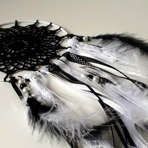 Horgolt romantikus álomfogó fekete, fehér színben, Otthon & lakás, Dekoráció, Lakberendezés, Falikép, Kerti dísz, Horgolás, Vintage hangulatú, horgolt álomfogó vagy álomcsapda. \nA horgolt csipkét 15 cm átmérőjű, fehér bevona..., Meska