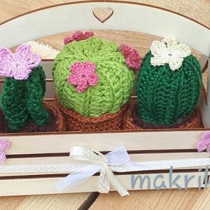 Virágzó horgolt kaktuszok lézer vágott ládikában, ablakdísz, Otthon & lakás, Dekoráció, Lakberendezés, Asztaldísz, Horgolás, Lézer vágott, faládámba 3 db virágzó kaktuszt helyeztem, így készült ez a csodás asztaldísz vagy abl..., Meska