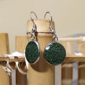 Zöld műgyanta fülbevaló, rozsdamentes acél alapban, Ékszer, Fülbevaló, Lógó fülbevaló, Ékszerkészítés, Mindenmás, Műgyantából készült fülbevaló, zöld szórógyöngyökkel. Fény felé tartva szépen csillog.\nKiváló minősé..., Meska