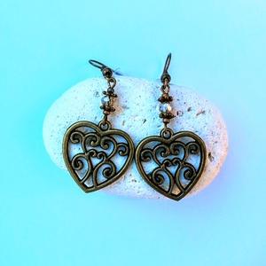 Bronz szív fülbevaló, Ékszer, Fülbevaló, Lógó fülbevaló, Ékszerkészítés, Gyöngyfűzés, gyöngyhímzés, Bronz színű szív alakú fülbevaló, inda mintával, fölötte áttetsző beige cseh sziszolt üveggyöngy, br..., Meska