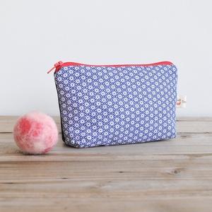 Kék- fehér geometrikus mintájú pamut neszesszer, kis textil pénztárca piros cipzárral, japán stílusú textil piperetáska , Táska & Tok, Pénztárca & Más tok, Aprópénztartó, Varrás, Kék-fehér, apró geometrikus mintás pamutból készült ennek a kis neszesszernek az eleje, a hátulja új..., Meska