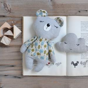Medvebocs felhő párnával, textil mackó, ajándék maci játékfigura, maci figura, mackó figura, Játék & Gyerek, Plüssállat & Játékfigura, Maci, Varrás, Álomszuszék medvebocs kedvenc felhő párnájával.\nA maci újrahasznosított lenvászonból a ruhája erdő m..., Meska