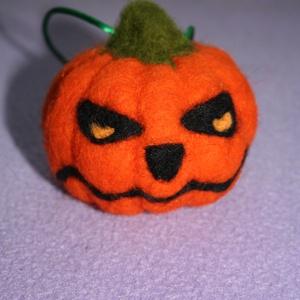Halloween  morcos tököcske, Dísztárgy, Dekoráció, Otthon & Lakás, Nemezelés, Mindenmás, Tűnemezel morcos,  tököcske.\nKb.  7 cm-s átmérőjű  függődísz.\n\nKérem a postázást egyeztessük.\nTermés..., Meska