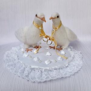 """Tűnemezelt esküvői galambok, Esküvő, Gyűrűpárna, Esküvői dekoráció, Nemezelés, Mindenmás, """"…Minek nevezzelek,\nha rám röpíted\ntekinteted,\nezt a szelíd galambot,\namelynek minden tolla\na békess..., Meska"""