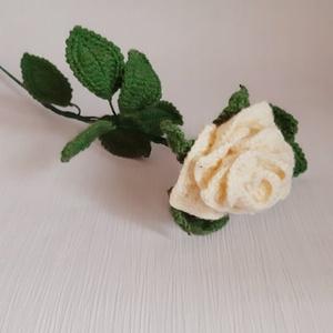 Horgolt színes rózsa, Otthon & lakás, Dekoráció, Egyéb, Csokor, Horgolás, Mindenmás, Horgolt rózsa drótvázra építve.\n\nTeljes hossza 43 cm.\n\nA megadott ár egy szál rózsára vonatkozik!\n\nN..., Meska