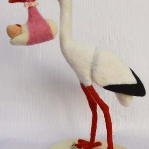 Kislány babát hozó nemezelt gólya, Gyerek & játék, Baba-mama kellék, Mindenmás, Nemezelés, Drótvázra építettem ezt a kedves madarat. \nA gólya lényegében egy tűnemezeléssel készült figura, ame..., Meska