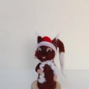 Miki Mókus, Otthon & lakás, Dekoráció, Ünnepi dekoráció, Karácsony, Mindenmás, Nemezelés, Tűnemezelt kedves kis mókus figura fa alapra rögzítve.\n\nMagassága kb. 15 cm.\n\nSzemélyes átvételre Ér..., Meska