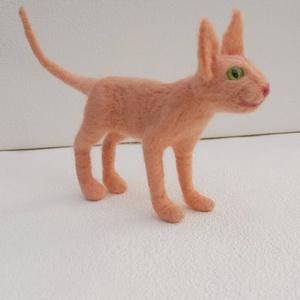 Szfinx cica, Otthon & lakás, Lakberendezés, Dekoráció, Egyéb, Nemezelés, Mindenmás, Tűvel nemezelt, rózsaszín szfinx cica, melynek hossza 21 cm (farokkal), és 12 cm magas.\n\nSzemélyes á..., Meska