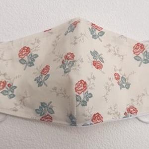Ekrü alapon rózsa mintás szájmaszk , Táska, Divat & Szépség, Szépség(ápolás), Maszk, szájmaszk, Varrás, Pamutvászonból készült, két rétegű, ekrü alapon rózsa mintás textil szájmaszk.\nA maszk belül fehér, ..., Meska