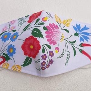 Virágos, népművészeti mintás szájmaszk, NoWaste, Táska, Divat & Szépség, Magyar motívumokkal, Szépség(ápolás), Maszk, szájmaszk, Varrás, Mindenmás, Pamutvászonból készült, két rétegű, népművészeti mintás textil szájmaszk.  A maszk belül fehér, kívü..., Meska