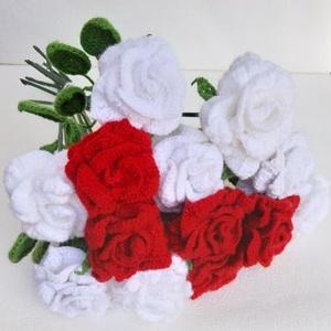 Horgolt színes rózsa, Otthon & Lakás, Dekoráció, Horgolt & Csipketerítő, Horgolás, Mindenmás, Horgolt rózsa drótvázra építve.\n\nTeljes hossza 43 cm.\n\nA megadott ár egy szál rózsára vonatkozik!\n\nN..., Meska