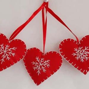 Hímezett  karácsonyi kis szív. , Karácsonyfadísz, Karácsony & Mikulás, Otthon & Lakás, Varrás, Hímzés, Filcből varrtam és hímeztem a karácsonyi kis szív díszt, melynek mérete szalaggal együtt 16 cm. A sz..., Meska