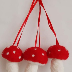 Karácsonyi nemezelt gomba dísz, Otthon & Lakás, Karácsony & Mikulás, Karácsonyi dekoráció, Nemezelés, Mindenmás, Vidám kis gombadíszek tűnemezeléssel készülve.\nA gombák mérete: kb. 7 cm. magas, 4- 5 cm.széles.\nSza..., Meska