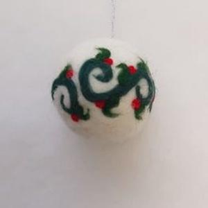 Nemezelt karácsonyi gömb dísz, karácsonyi függődísz, Otthon & Lakás, Karácsony & Mikulás, Karácsonyfadísz, Nemezelés, Mindenmás, Hungarocell golyó alapra tűnemezeléssel készített karácsonyfadísz.\nÁtmérője kb. 6 cm.\nA megadott ár ..., Meska