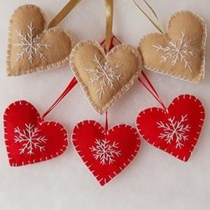Piros és beige színű hímzett karácsonyi kis szívek 6 db.-s szett, Karácsony & Mikulás, Karácsonyfadísz, Hímzés, Varrás, Filcből varrtam és hímeztem a karácsonyi kis szív díszt, melynek mérete szalaggal együtt 16 cm. A sz..., Meska