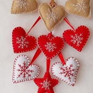 Hímzett karácsonyi kis csillag és szív 9 db. s szett, Otthon & Lakás, Karácsony & Mikulás, Karácsonyfadísz, Hímzés, Mindenmás, Filcből varrtam és hímeztem a karácsonyi kis szíveket és csillagot melynek mérete szalaggal együtt 1..., Meska