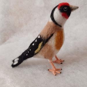Tengelic, Művészet, Textil, Nemezelt, Nemezelés, A madár sorozatom következő darabja a 2017. év madara, a tengelic.\n\nDrót alapra, tűnemezeléssel kész..., Meska